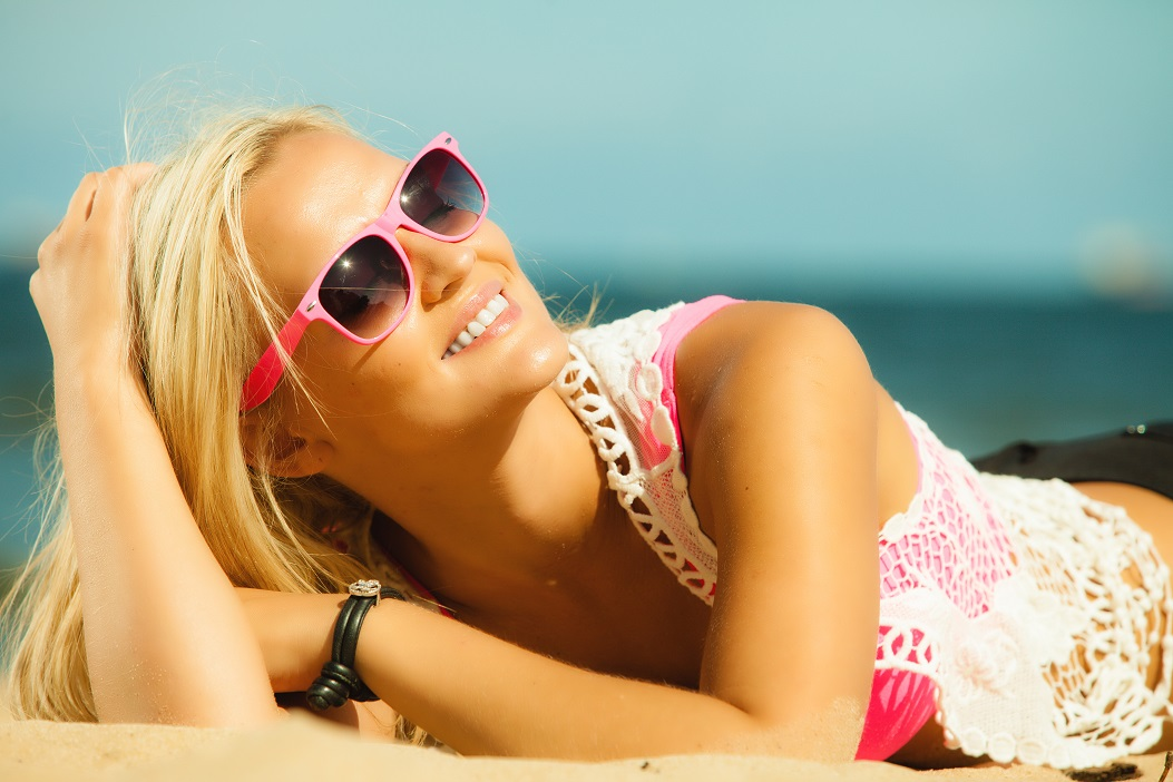Holidays, vacation and summer fashion concept. closeup attractive blonde girl in pink sunglasses on beach outdoor